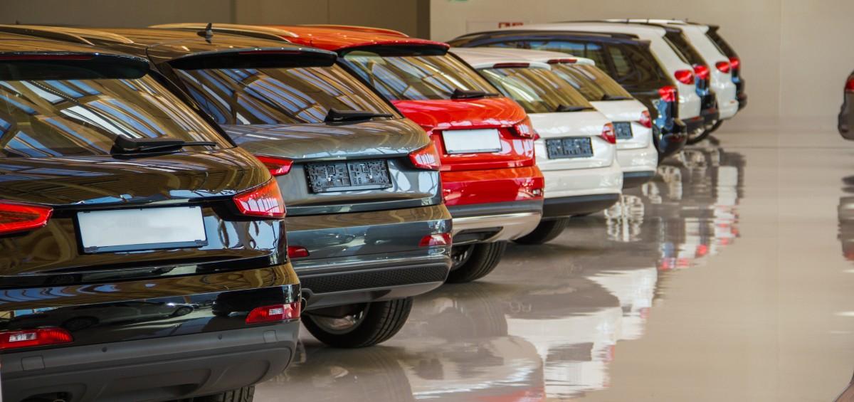 Autos in einem Autohaus
